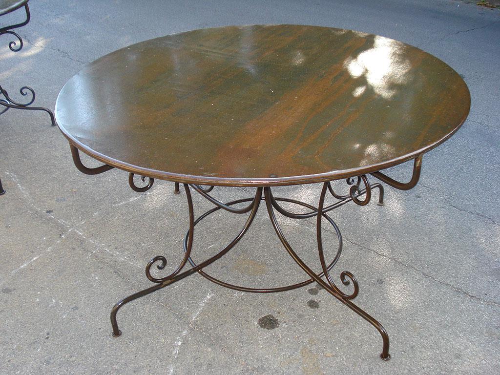 Tavolo in ferro battuto con piano in lamiera